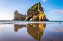 Formaciones de roca en la playa de Wharariki, Nueva Zelanda fotografía de archivo libre de regalías
