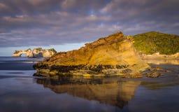 Formaciones de roca en la playa de Wharariki, Nueva Zelanda imagen de archivo libre de regalías