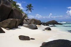 Formaciones de roca en una playa en la isla de la silueta Imagenes de archivo