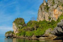Formaciones de roca de la piedra caliza de Railay y de Ton Sai Beach en Krabi, Tailandia Fotografía de archivo libre de regalías