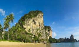 Formaciones de roca de la piedra caliza de Railay y de Ton Sai Beach en Krabi, Tailandia Foto de archivo