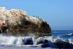 Formaciones de roca a lo largo de la playa natural California de los puentes Imagen de archivo libre de regalías