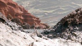 Formaciones de roca volcánica y arena negra Imagen de archivo libre de regalías