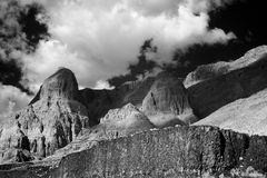 Formaciones de roca y nubes hinchadas Fotografía de archivo