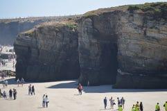 Formaciones geológicas con centenares de visitantes en la playa de las catedrales en Ribadeo 1 DE AGOSTO DE 2015 Geología, paisaj fotos de archivo