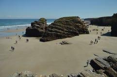Formaciones geológicas con centenares de visitantes en la playa de las catedrales en Ribadeo 1 DE AGOSTO DE 2015 Geología, paisaj imágenes de archivo libres de regalías