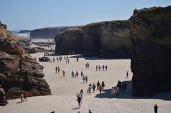 Formaciones geológicas con centenares de visitantes en la playa de las catedrales en Ribadeo 1 DE AGOSTO DE 2015 Geología, paisaj fotografía de archivo libre de regalías