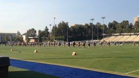 Formaciones practicantes de la banda en el campo UCLA metrajes