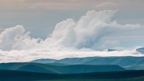Formacja chmury nad wysokogórskimi łąkami, burz chmury zbiory
