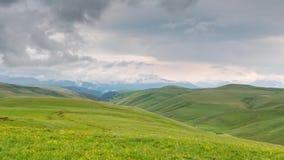 Formacja chmury nad wysokogórskimi łąkami, burz chmury zbiory wideo
