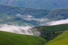 Formacja chmury nad wysokogórskimi łąkami, burz chmury zdjęcie wideo