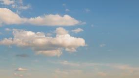 Formacja i gwałtownego ruch białe chmury różni kształty w niebieskim niebie w opóźnionej wiośnie przy zmierzchem zbiory