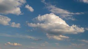 Formacja i gwałtownego ruch białe chmury różni kształty w niebieskim niebie w opóźnionej wiośnie przy zmierzchem zbiory wideo