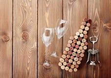 Formad korkar, exponeringsglas och korkskruv för vinflaska Arkivbilder