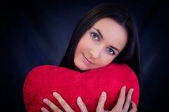 formad kvinna för kudde hjärta Arkivbild