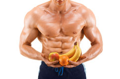Formad och sund kroppman rymma nya frukter, format buk- som isoleras på vit bakgrund royaltyfri bild