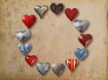 Formad saker för metall som hjärta är ordnad i cirkel Arkivfoton