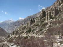 Formada montones cónicos de la roca debido a la erosión Foto de archivo libre de regalías
