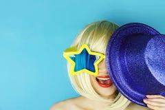 Formade den bärande stjärnan för den roliga flickan exponeringsglas, den roliga skämtsamma flickan Arkivbilder