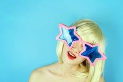 Formade den bärande stjärnan för den roliga flickan exponeringsglas, skämtsam flicka med roliga exponeringsglas Royaltyfri Foto