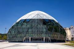 Formade det moderna valet för CET Budapest byggnad på banken av Donauen Arkivfoton