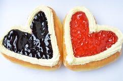 Formade donuts för godis hjärta. Arkivfoton
