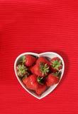 formade jordgubbar för bunke hjärta Royaltyfria Bilder