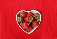 formade jordgubbar för bunke hjärta Arkivbild