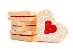 Formade kakor för valentindag hjärta med gelé som isoleras på vit royaltyfria bilder