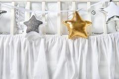 Formade kuddar för silver, för guld och för vit behandla som ett barn stjärnan på ett vitt kåtan Arkivbild