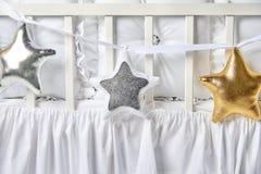 Formade kuddar för silver, för guld och för vit behandla som ett barn stjärnan på ett vitt kåtan Royaltyfri Fotografi