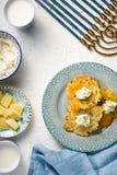 Formage de Latkes, de fromage, de lait et caillé, Hanoucca sur l'espace libre blanc de table Photo stock