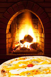 Formaggi de quatro de pizza et feu ouvert dans le fourneau Images libres de droits