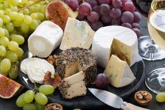 Formaggi a pasta molle assortiti ed aperitivi della squisitezza da wine Immagini Stock Libere da Diritti