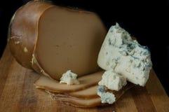 Formaggio affumicato e formaggio blu su un supporto di legno Immagini Stock Libere da Diritti