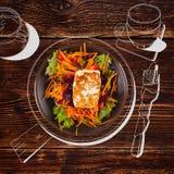 Formaggio arrostito delizioso di halloumi con insalata illustrazione vettoriale