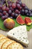 Formaggio blu accompagnato dai frutti e dai cracker Fotografia Stock Libera da Diritti