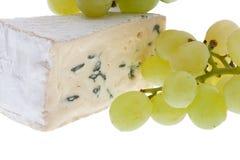 Formaggio blu con l'uva fotografie stock libere da diritti