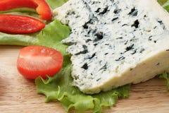 Formaggio blu con lattuga Fotografia Stock Libera da Diritti