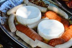 Formaggio, bratwurst e salsiccie del camembert pronti sul piatto di alluminium per il barbecue, petto di pollo arrostito nel fond Fotografie Stock Libere da Diritti
