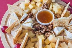 Formaggio con l'uva, cracker, dadi Fotografia Stock