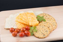 Formaggio, cracker, pomodori ed origano Fotografie Stock Libere da Diritti