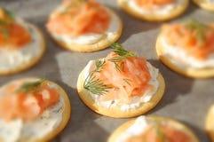 Formaggio cremoso affumicato, del salmone e cracker dell'aneto fotografia stock