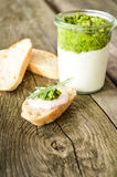 Formaggio cremoso con l'insalata di razzo in un barattolo Immagini Stock Libere da Diritti