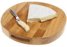 Formaggio del brie su Cheeseboard. fotografie stock libere da diritti