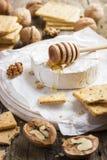 Formaggio del camembert con i cracker, i dadi ed il miele Fotografia Stock