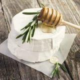 Formaggio del camembert con i rosmarini ed il miele Immagini Stock Libere da Diritti