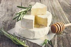 Formaggio del camembert con i rosmarini ed il miele Immagini Stock