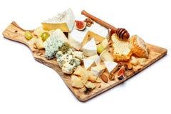 Formaggio del camembert con miele, fichi, noci sul bordo di legno Fotografia Stock Libera da Diritti