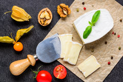 Formaggio del camembert tagliato con il coltello del formaggio Fotografie Stock Libere da Diritti